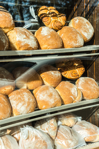 並ぶ丸いフランスパンの写真素材 [FYI02665470]