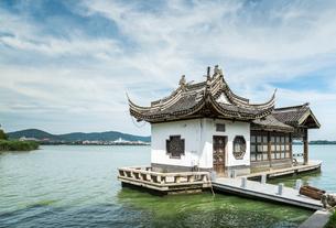 湖面に建つ西施庄の浪琴舫の写真素材 [FYI02665472]