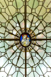 ブルゴス大聖堂聖母マリアとキリストのステンドグラスの写真素材 [FYI02665489]