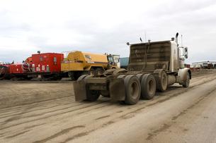 アラスカ 北極圏の大石油基地周辺のサービスステーションの写真素材 [FYI02665495]