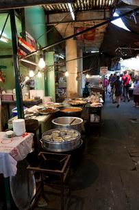 バンコク ターチャン市場の食堂の写真素材 [FYI02665506]
