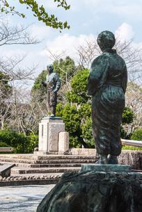 知覧平和公園に建つ母の像後ろ姿とあい向かう特攻勇士の像の写真素材 [FYI02665579]