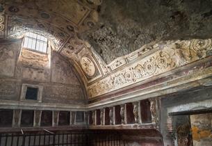 ポンペイ遺跡漆喰レリーフ模様の装飾を見る公衆浴場の写真素材 [FYI02665600]