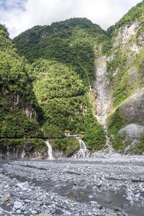 長春祠と長春瀑布を見る太魯閣渓谷風景の写真素材 [FYI02665621]