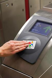台北 地下鉄(MRT)の改札機にICトークンチケットをかざすの写真素材 [FYI02665648]