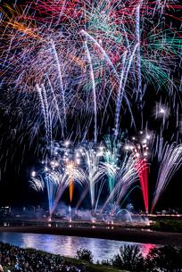 全国選抜長良川中日花火大会の打ち上げ花火の写真素材 [FYI02665652]