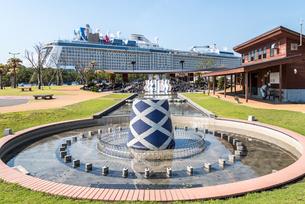 マリンポートかごしま親水広場越しに停泊中の大型観光船を見るの写真素材 [FYI02665667]