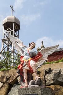青砂ヶ浦天主堂の大天使ミカエル像と鐘楼の写真素材 [FYI02665668]