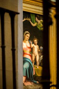 マリアとキリストとヨゼフを描いた聖家族の絵を見る風景の写真素材 [FYI02665673]