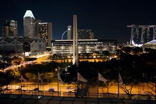 シンガポール夜景、シンガポール戦争記念公園周辺の写真素材 [FYI02665692]