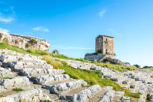 小さな建物を見るギリシャ劇場の階段状客席風景の写真素材 [FYI02665712]