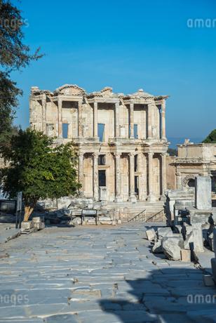 エフェソス遺跡ケルスス図書館の写真素材 [FYI02665713]
