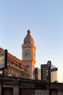 夕陽を浴びたリヨン駅(Gare de Lyon)の写真素材 [FYI02665722]