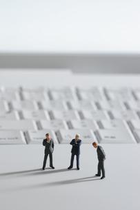 パソコンとビジネスマンの写真素材 [FYI02665736]