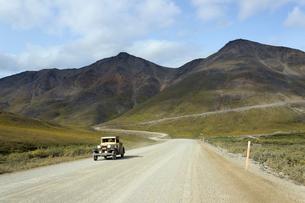 アラスカ 夏の北極圏を走る車の写真素材 [FYI02665743]