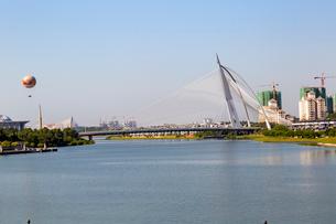 プトラジャヤ スリ・ワワサン橋とプトラ湖の写真素材 [FYI02665754]