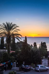 タオルミーナから見る地中海の朝焼け風景の写真素材 [FYI02665787]