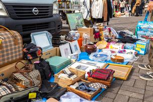 フリーマーケット店先風景の写真素材 [FYI02665789]