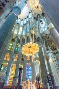 サグダラ・ファミリア主祭壇の天蓋飾りを見る内部風景の写真素材 [FYI02665791]