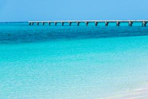 誘導灯桟橋を見る下地島空港17エンドのビーチの写真素材 [FYI02665797]