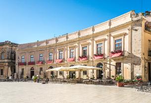 オルティージャ島ドゥオーモ広場に面するオープンカフェ風景の写真素材 [FYI02665800]