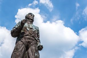 雲ある青空に特攻勇士の像を見上げるの写真素材 [FYI02665807]
