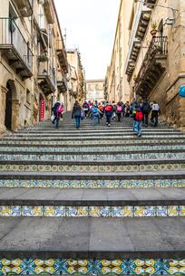 142段の階段を上がる観光客を見るスカーラ風景の写真素材 [FYI02665829]