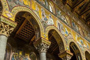 モンレアーレ大聖堂豪華なモザイク装飾が施された内部の写真素材 [FYI02665830]