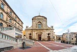 階段を上りきった場所に建つサンタ・マリア・デル・モンテ教会の写真素材 [FYI02665882]