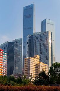 大連,希望広場周辺の高層ビル街の写真素材 [FYI02665908]