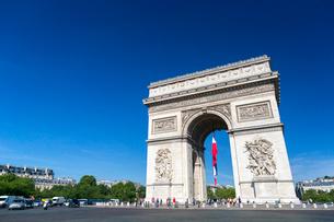 青空とエトワール凱旋門の写真素材 [FYI02665919]