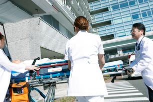 救急対応する医療スタッフの写真素材 [FYI02665927]