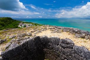 沖縄世界遺産 勝連城 一の曲輪内壁と中城湾の写真素材 [FYI02665974]