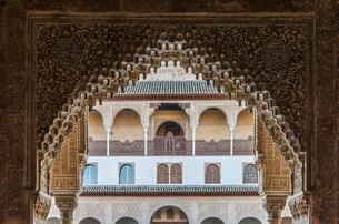 装飾アーチ越しにイスラム芸術建築を見るの写真素材 [FYI02665981]