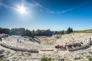 見学の生徒達を見るギリシャ劇場の写真素材 [FYI02666001]