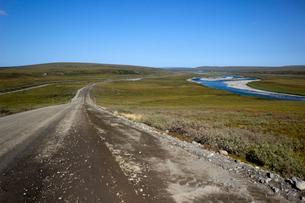 アラスカ 北極圏を流れる川と石油パイプラインの写真素材 [FYI02666006]