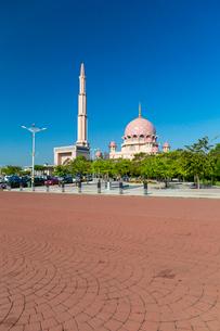 プトラ独立広場から望むドームとミナレットの写真素材 [FYI02666017]