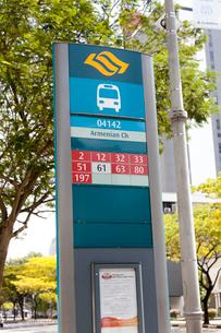シンガポールのバス路線のナンバーボードの写真素材 [FYI02666095]