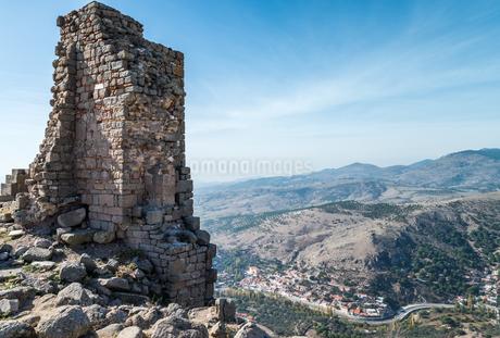 古代ペルガモン遺跡よりベルガマの丘陵地を見下ろすの写真素材 [FYI02666127]