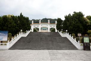 台湾 国立故宮博物院 正門への階段の写真素材 [FYI02666147]