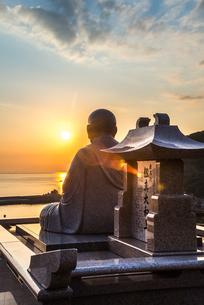 東シナ海の夕日に向かって座る鑑真和上像の写真素材 [FYI02666166]