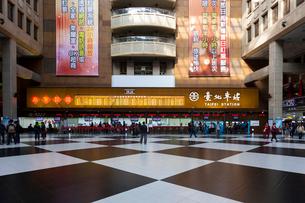 台湾 台北駅 切符売り場と待合所の写真素材 [FYI02666192]