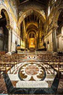 モンレアーレ大聖堂主祭壇を正面に見る内部風景の写真素材 [FYI02666204]