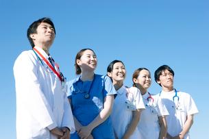 青空を背景にした医療スタッフの写真素材 [FYI02666210]
