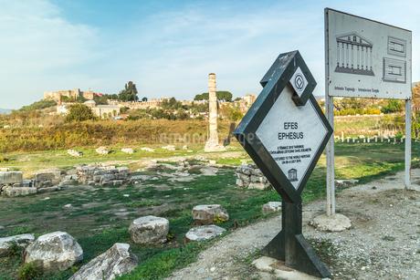 表示板越しに見るアルテミス神殿跡の写真素材 [FYI02666247]
