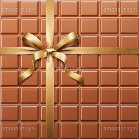 チョコレートとゴールドのリボンの写真素材 [FYI02666264]