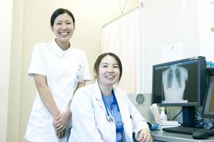 女性医師と看護師のポートレートの写真素材 [FYI02666271]