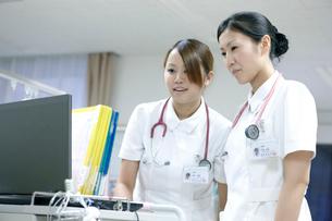 医療機器を扱う看護師の写真素材 [FYI02666273]