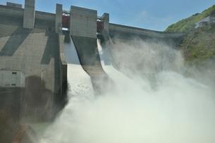 月山ダムと放水の写真素材 [FYI02666278]