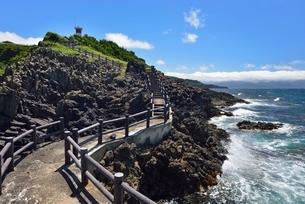 高野崎の海岸遊歩道と灯台の写真素材 [FYI02666286]